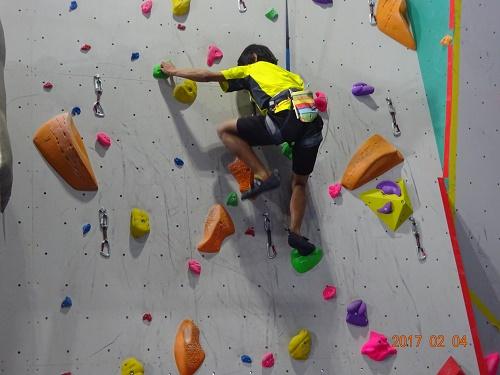 斜度が90度より緩やかな「スラブ壁」